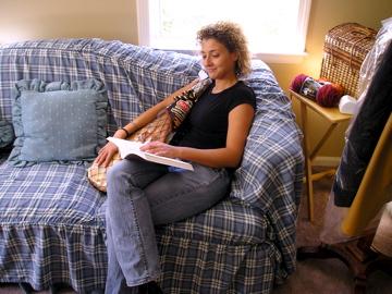 Silvia en el sofá