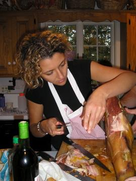Silvia cortando el jamón